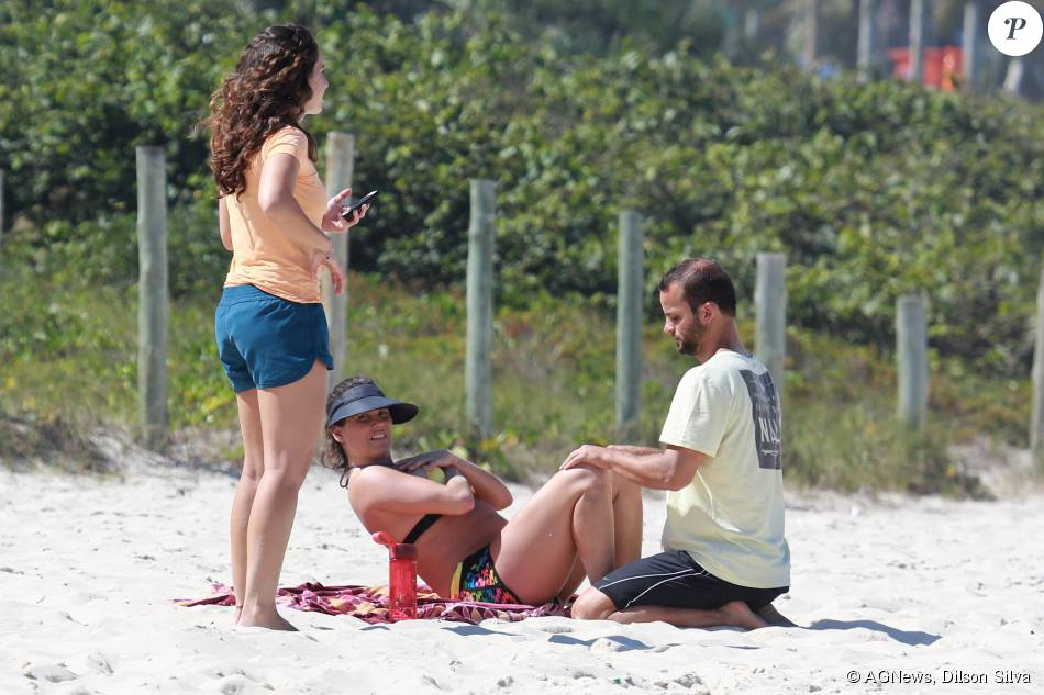 Deborah Secco suou a camisa nesta quarta-feira, 12 de agosto de 2015