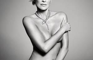 Sharon Stone posa nua em ensaio, aos 57 anos, usando somente joias e salto alto