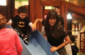 Daniele Suzuki leva o filho, Kauai, para brincar em shopping