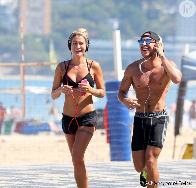 Gabriela Pugliesi correu ao lado de um amigo na orla do Leblon, nesta sexta-feira, dia 14 de agosto de 2014, e exibiu seu corpo sarado