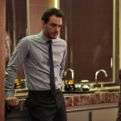 'Verdades Secretas': irritado, Alex dá fora em Carolina. 'Para de me beijar!'