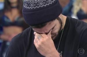 Caio Castro chora ao receber recado de pais de fã que morreu de câncer