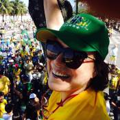 Regina Duarte tira selfie em cima de árvore durante manifestação política no Rio