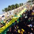 A atriz registrou a multidão nas ruas de Copacabana, Zona Sul do Rio