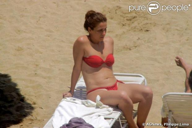 Giovanna Antonelli descansa nas areias de uma praia em Magaratiba, na Costa Verde do Rio, em 9 de dezembro de 2012