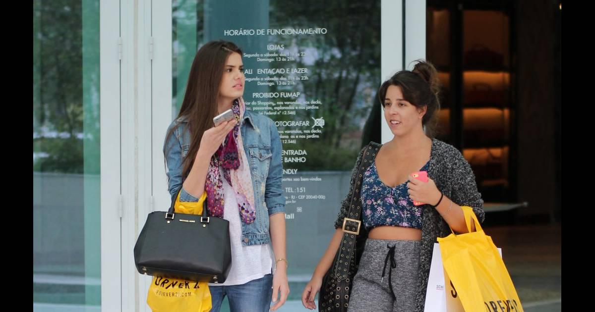 69f33fa64913b Camila Queiroz já foi vista em um passeio no shopping com uma bolsa preta  da grife Michael Kors, que custa quase R  2 mil no Brasil - Purepeople
