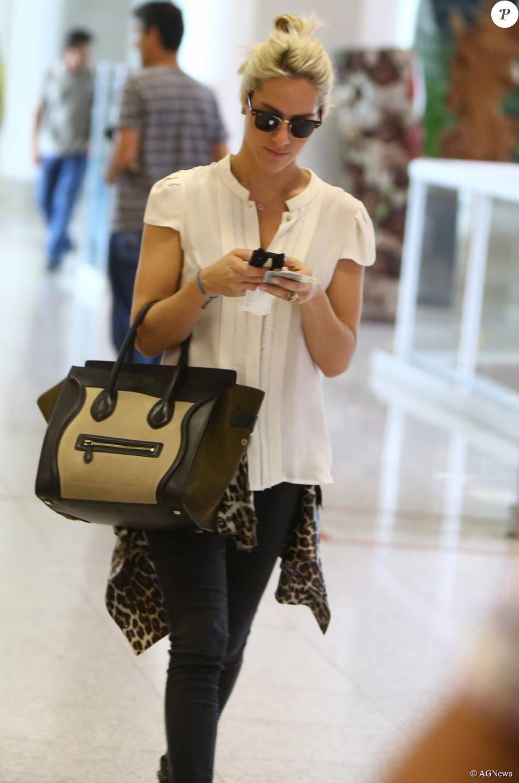deda4621f938c Giovanna Ewbank também ama bolsas e investiu caro em uma peça da grife  Céline, vendida por R  10 mil