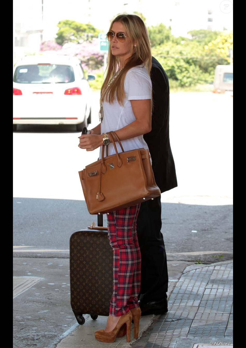 3dac4d1907af7 Quem também elegeu a bolsa Birkin da Hermès foi Deborah Secco. Em clique  mais antigo, quando ainda estava loira, a atriz foi clicada com o modelo e  uma mala ...