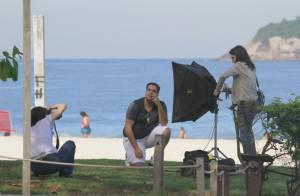 Tiago Abravanel ataca de modelo em sessão de fotos na praia da Barra, no Rio