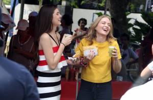 Angélica e Camila Queiroz comem pastel com caldo de cana em feira livre
