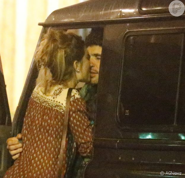Dudu Azevedo trocou beijos com morena na Barra da Tijuca, Zona Oeste do Rio de Janeiro, nesta sexta-feira, dia 21 de agosto de 2015