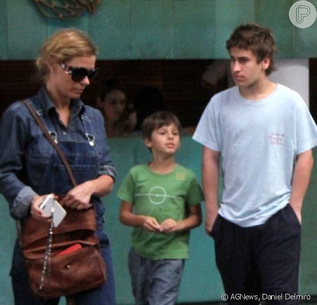 Carolina Dieckmann aproveita o sábado em passeio com os filhos, Davi e José, no shopping Fashion Mall, no Rio de Janeiro, em 22 de agosto de 2015
