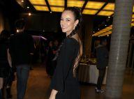 Paolla Oliveira usa vestido longo com decote nas costas em estreia de musical