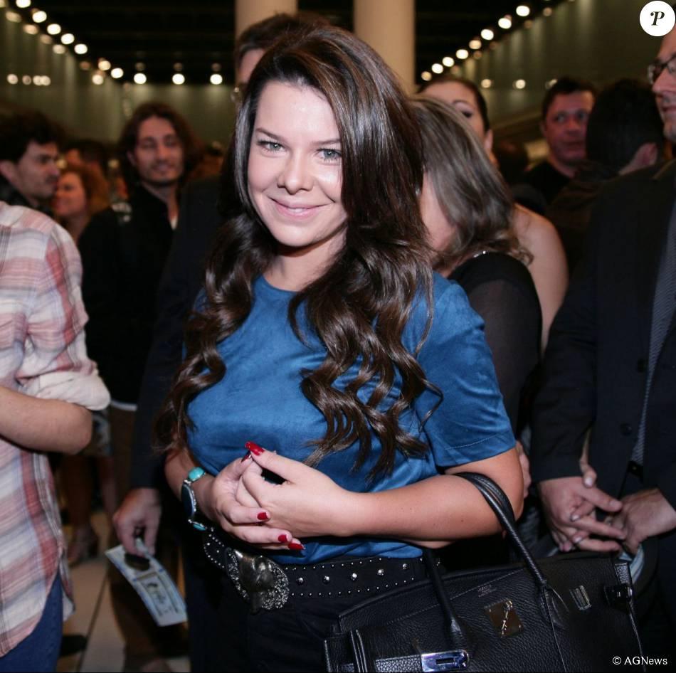 A atriz Fernanda Souza chamou atenção de seus internautas ao postar um vídeo em seu Instagram em que mostra seu abdômen trincado neste domingo, dia 23 de agosto de 2015