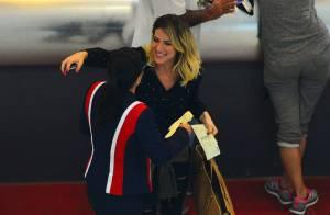 Giovanna Ewbank recebe carinho de fãs em aeroporto após acidente de carro