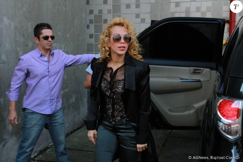 A cantora Joelma chegou sozinha e sem aliança na tarde de autógrafo na livraria Saraiva, em São Paulo nesta quarta-feira, dia 26 de agosto de 2015
