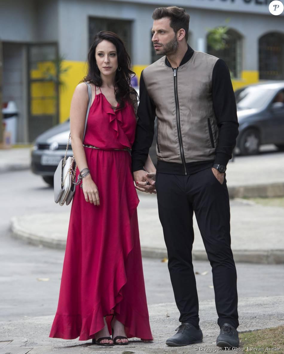 Ximena (Caroline Abras) e Gabo (Henri Castelli) impressionam ao chegarem juntos à inauguração do restaurante Cebola Brava, na novela 'I Love Paraisópolis'