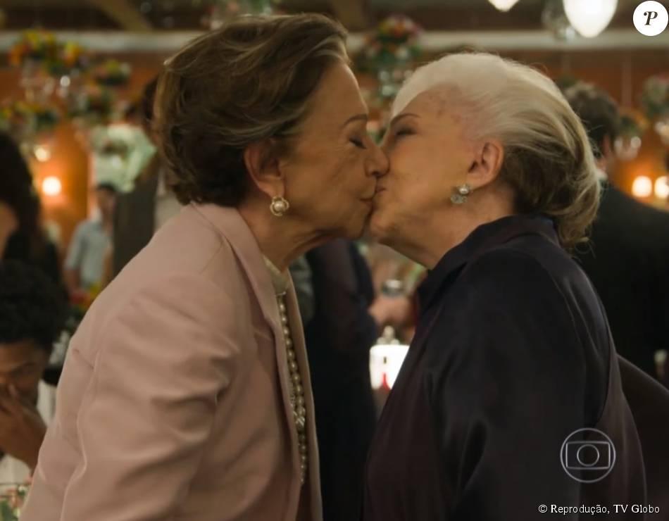 Teresa (Fernanda Montenegro) e Estela (Nathalia Timberg) se beijaram duas vezes no último capítulo da novela 'Babilônia', exibido em 28 de agosto de 2015