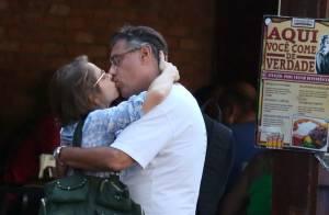 Drica Moraes escolhe look despojado e troca beijos com o marido após almoço