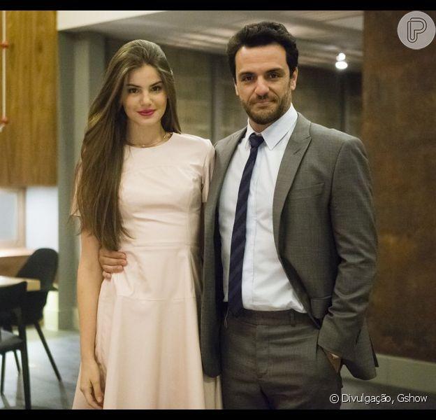Camila Queiroz, intéprete de Angel, defende sua personagem e coloca a culpa deles serem amantes em Alex (Rodrigo Lombardi) na novela 'Verdades Secretas'