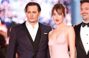 Johnny Depp e Dakota Johnson prestigiam 3º dia do Festival de Veneza. Veja looks