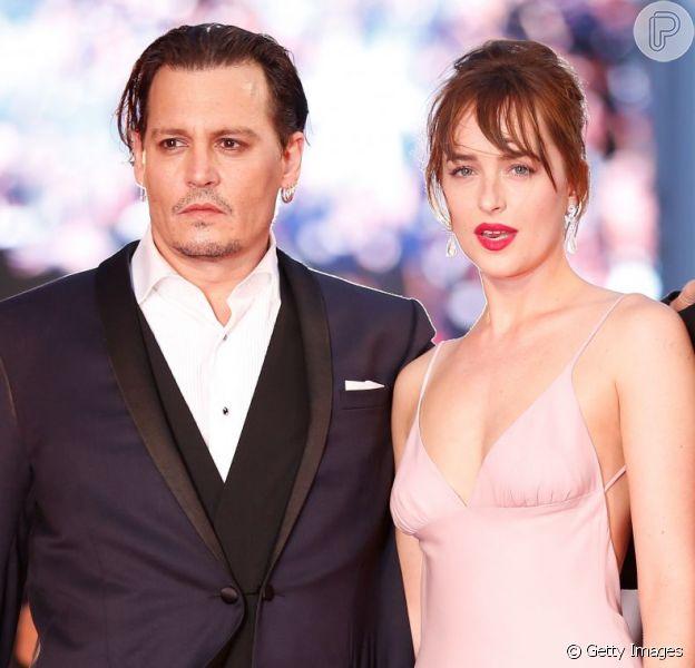 Johnny Depp e Dakota Johnson prestigiam a première do filme 'Aliança do Crime', no 3º dia do Festival de Veneza, nesta sexta-feira, 4 de setembro de 2015