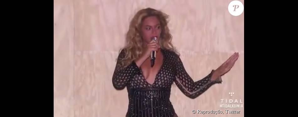 Em seu retorno aos palcos, Beyoncé passou por uma saia justa ao ver que seu figurino rasgou no decote. Para não mostrar demais, cantora parou show para trocar de roupa, na madrugada de sábado para domingo, 6 de setembro de 2015