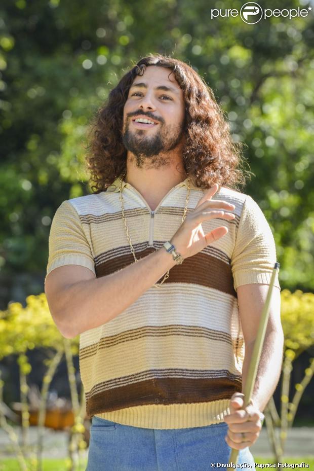 Cauã Reymond deixou o cabelo crescer e ainda colocou aplique para rodar o filme 'Tim Maia'. As fotos foram divulgadas em 19 de julho de 2013