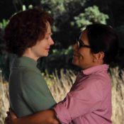 Gloria Pires aparece em cenas íntimas com Miranda Otto em 'Flores Raras'