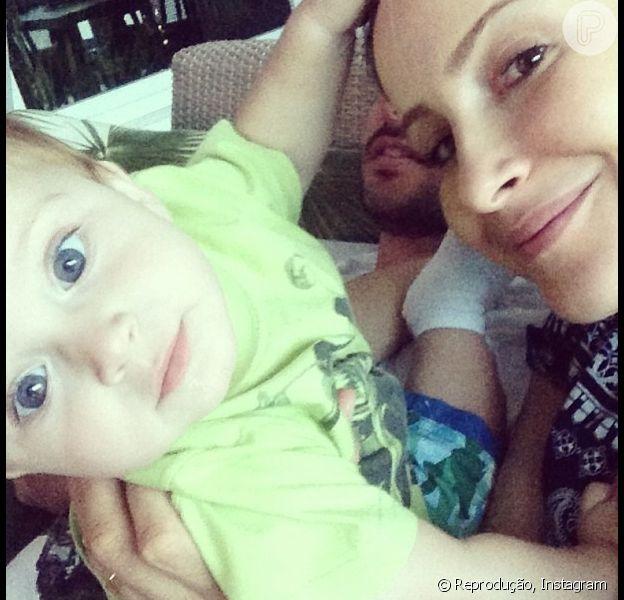 Claudia Leitte curtiu a tarde com o marido, Márcio Pedreira, e o filho caçula, Rafael, de quase um ano, como mostra foto publicada na conta do Instagram de Márcio, neste sábado, 27 de julho de 2013