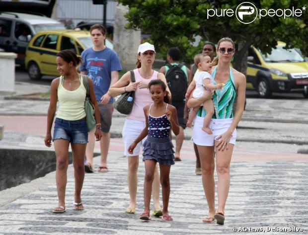 Luana vai embora da praia com a babá, o filho e as afilhadas