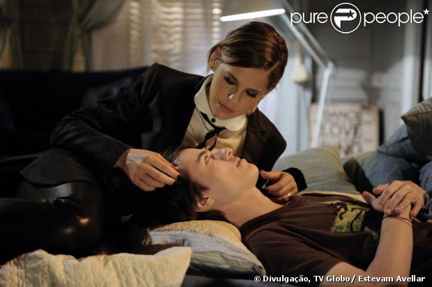 Edith (Bárbara Paz) revela para César (Antonio Fagundes) que Jonathan (Thalles Cabral) é seu filho e não de Félix (Mateus Solano), em 'Amor à Vida', em 5 de agosto de 2013
