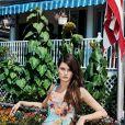 Isabeli Fontana posa no verde da Califórnia para a campanha