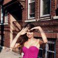 Isabeli Fontana posa de maiô rosa para campanha internacional