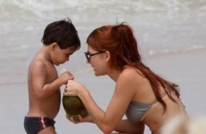 Mariah Rocha brinca com o filho, João Pedro, na praia de Ipanema, no Rio