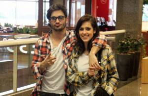Sophia Abrahão e Fiuk exibem looks parecidos em passeio: jeans e camisa xadrez