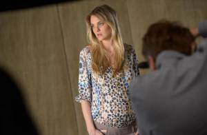 Carol Trentini, grávida de nove meses, estrela campanha de moda para gestantes