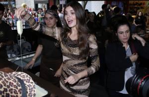 Camila Queiroz desfila ao som de Preta Gil e é alvo de piada por causa da altura