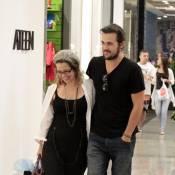 Grávida, Paloma Duarte passeia com marido em shopping do Rio e exibe barriguinha