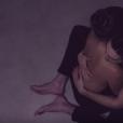 Bruna Marquezine aparece imóvel, abraçada a Tiago Iorc, no novo clipe do namorado de Isabelle Drummond