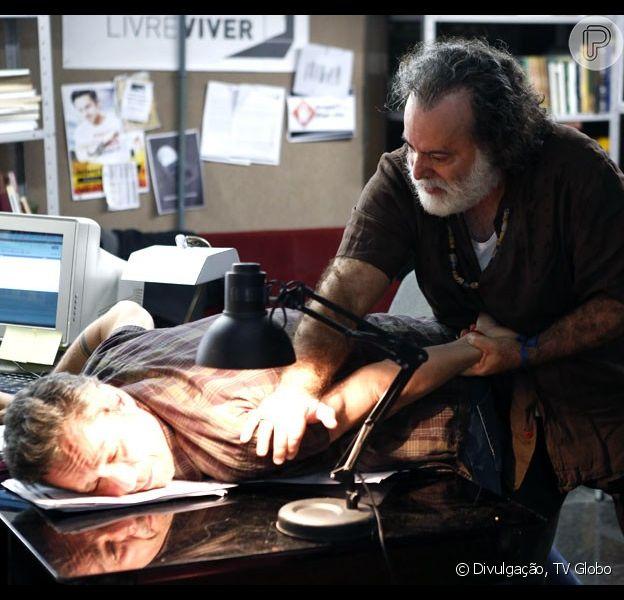 Romero (Alexandre Nero) enfrenta Zé Maria (Tony Ramos) para salvar Tóia (Vanessa Giácomo) de ser assassinada, na novela 'A Regra do Jogo', em 27 de novembro de 2015