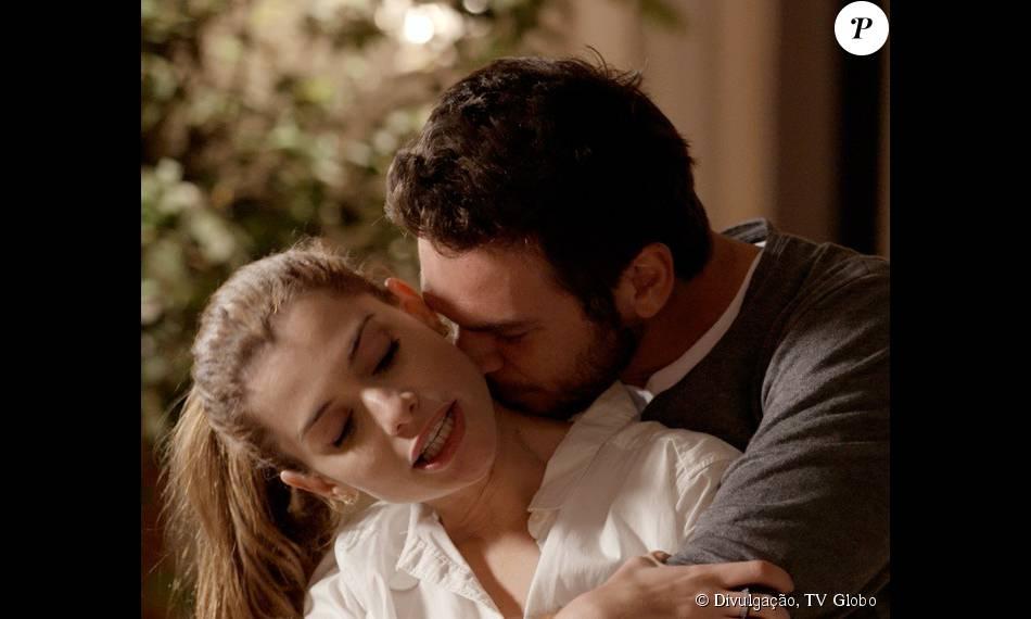 Pedro (Emílio Dantas) se humilha e implora que Lívia (Alinne Moraes) não o deixe, na novela 'Além do Tempo', em 14 de novembro de 2015