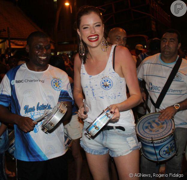 Agatha Moreira participou pela primeira vez do ensaio de rua da Unidos de Vila Isabel para o Carnaval 2016, na noite desta quarta-feira, 11 de novembro de 2015