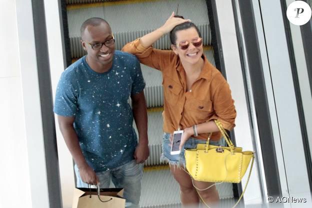 Fernanda Souza e Thiaguinho sorriem para fotógrafo em shopping