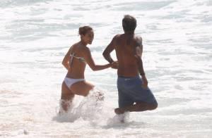 Paolla Oliveira é vista de mãos dadas na praia com diretor de novela da Globo