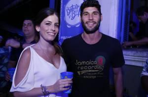 Dudu Azevedo e a namorada, Fernanda Mader, exibem aliança na mão direita