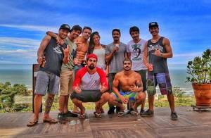 Caio Castro curte férias com amigos na Praia do Rosa, Santa Catarina. Veja fotos