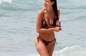Yasmin Brunet repete biquíni animal print e exibe boa forma em praia do RJ