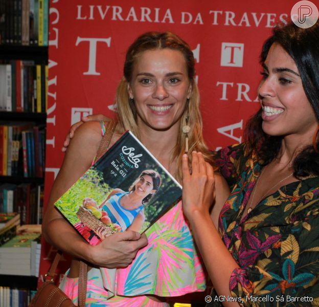 Carolina Dieckmann e mais famosos marcaram presença no lançamento do livro de receitas 'Bela Cozinha', de Bela Gil. Evento aconteceu no Leblon, Zona sul do Rio, na noita desta quinta, 19 de novembro de 2015