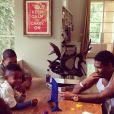 Usher publicou em seu Instagram uma foto em que aparece brincando com os filhos